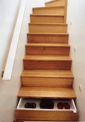 escalera con cajones