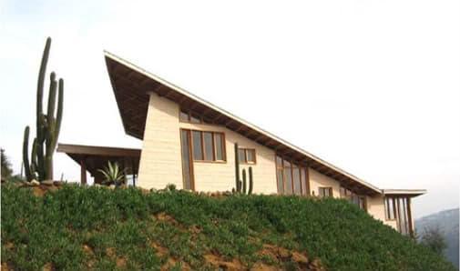 vivienda de madera en ladera
