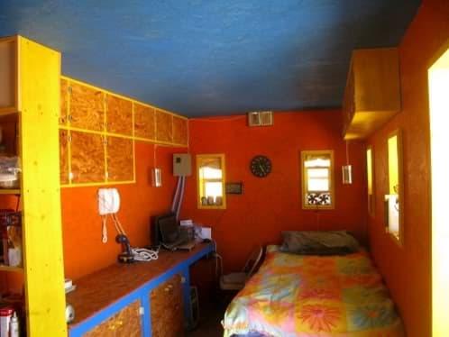 interior primera casa de John Wells en el desierto