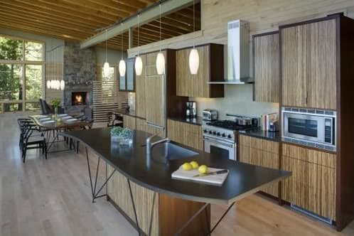 gran salón con chimenea de piedra y cocina de madera