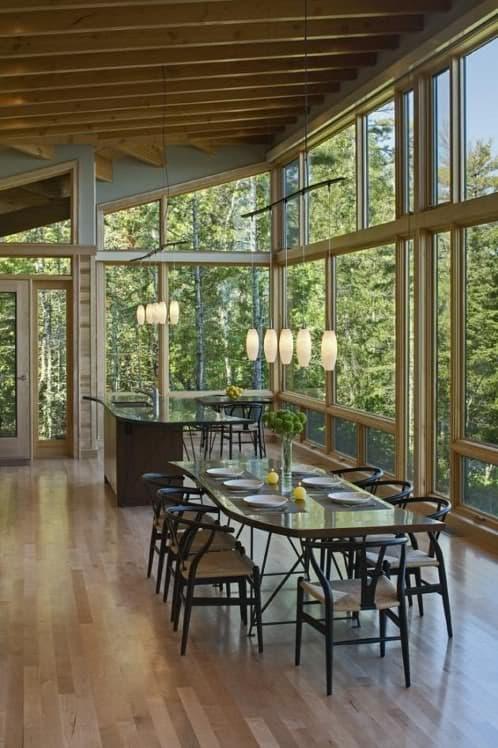 gran salón acristalado con vistas al lago