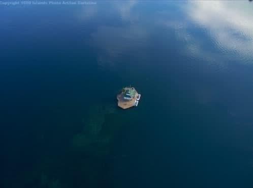 casa en una pequeña isla