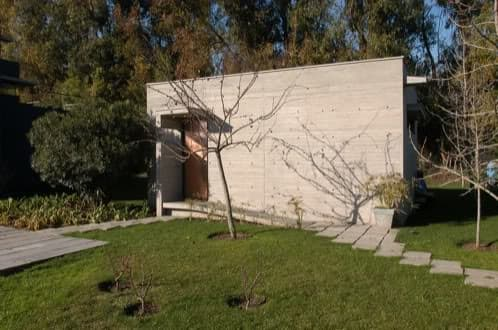 exterior de hormigón y puerta de cobre