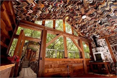 techo revestido con restos de marcos de cuadros
