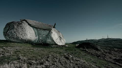 casa hecha entre las rocas en Fafe