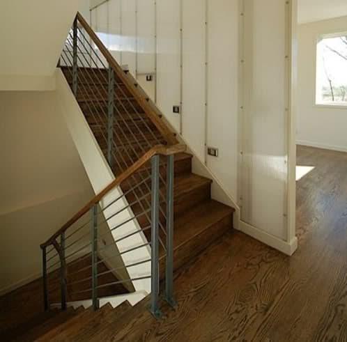 hueco escaleras con tabique paneles translúcidos