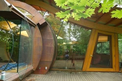 casa de madera y vidrio en el bosque