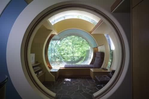 formas circulares en una extraña casa en el bosque