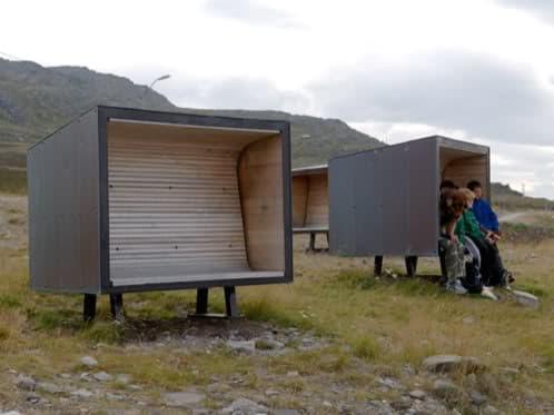 paradas-bus-madera junto al fiordo