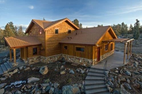 cabaña-madera-tradicional-energia-solar