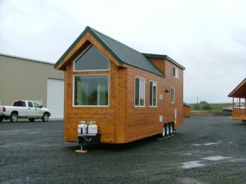 casa de madera sobre ruedas