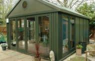 Oficinas para el jardín a base de paneles metálicos