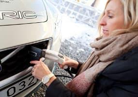 Alicja-cargando-Volvo C30 electrico