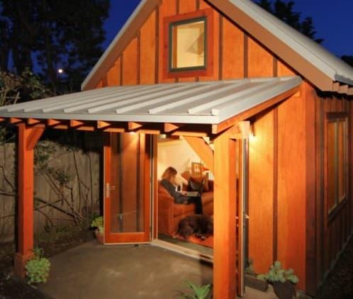 Casa prefabricada de madera alimentada por placas solares for Casas prefabricadas para jardin