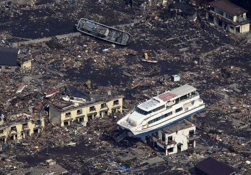 barco-encima-casa-tsunami-japon