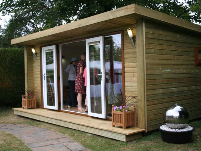 Green retreats modernas casetas prefabricadas de madera for Casetas de jardin con suelo