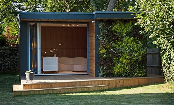 Casetas de jard n eden con jard n vertical en fachada for Casetas prefabricadas para jardin