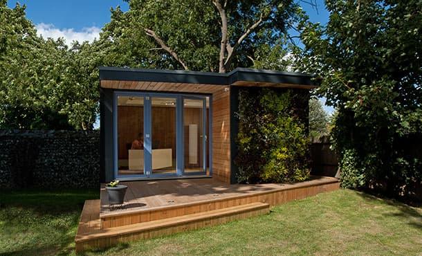 Casetas de jard n eden con jard n vertical en fachada for Caseta de madera para jardin