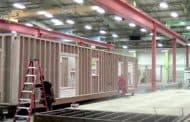 Dentro de un taller de casas prefabricadas