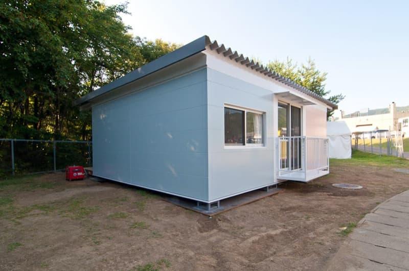 Casas adosadas con contenedores apilados onagawa jap n - Contenedores maritimos para vivienda ...