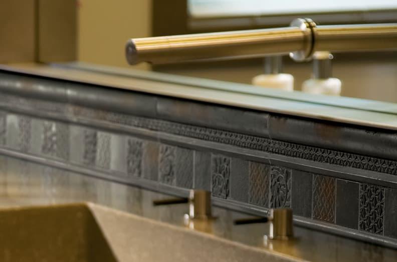Azulejos-metalicos-bronce-con-material-reciclado-3