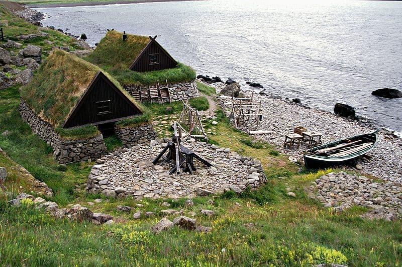 casas-revestimiento-vegetal-y-piedra-Islandia-1