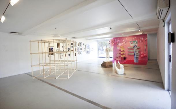 interior-GAD-galeria-arte-con-contenedores-de-carga-9