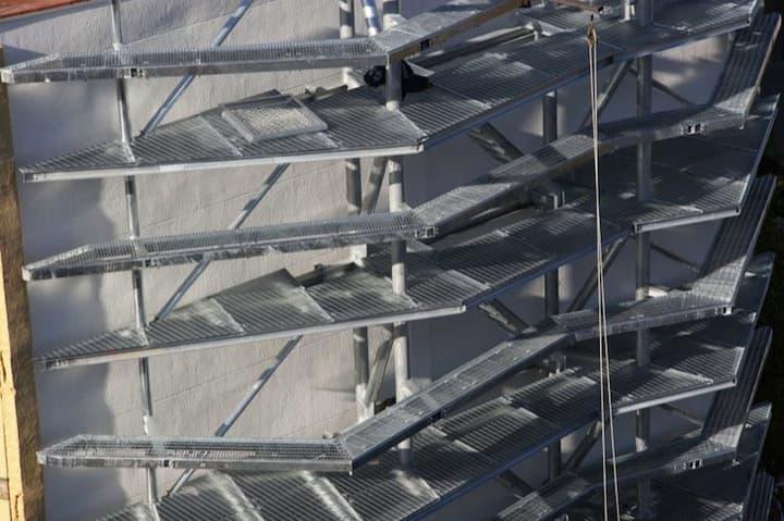 Vegitecture fachada con jard n vertical para tapar una for Estructura jardin vertical