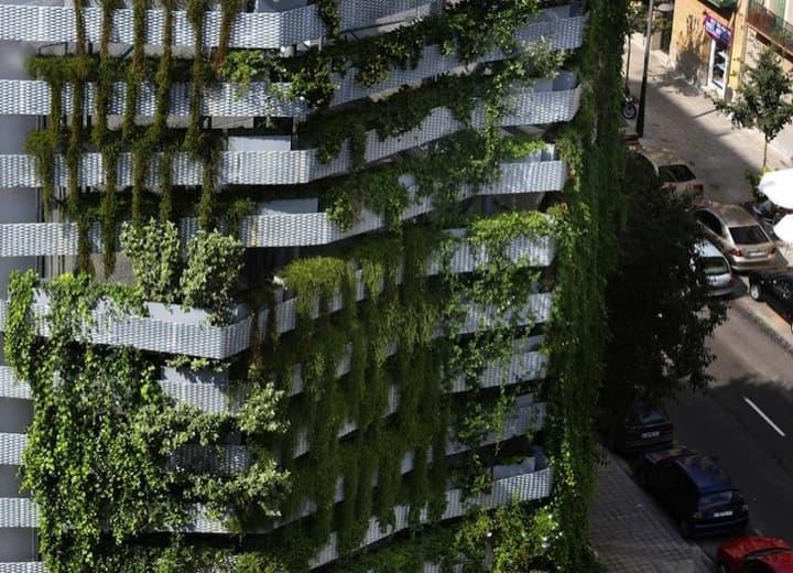 Vegitecture fachada con jard n vertical para tapar una for Jardines verticales barcelona
