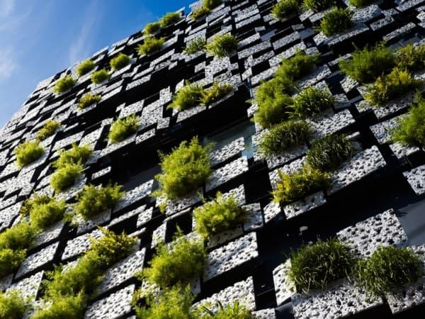 fachada-paneles-aluminio-y-vegetacion