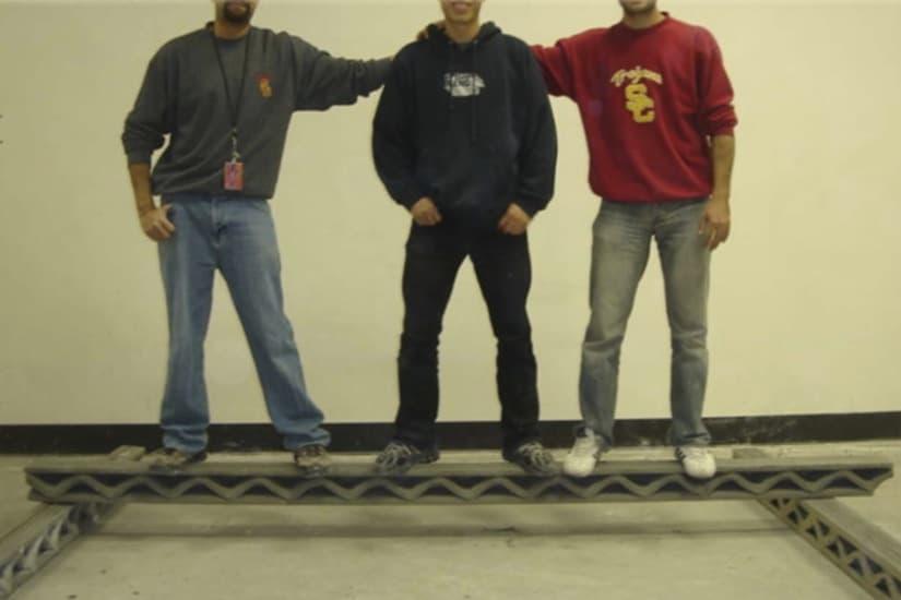 hombres-encima-viga hecha por una impresora