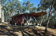 Cabaña construida con la madera del sitio