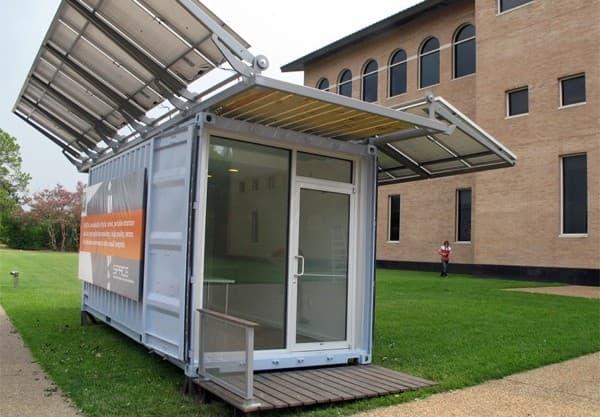 exterior de Space-oficina-contenedor-con-paneles-solares