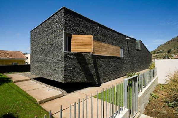 exterior-casa-bioclimatica-CaPaco-con revestimiento de piedra basáltica