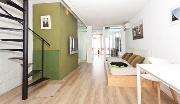 salon-casa-con-dormitorio-en-contenedor