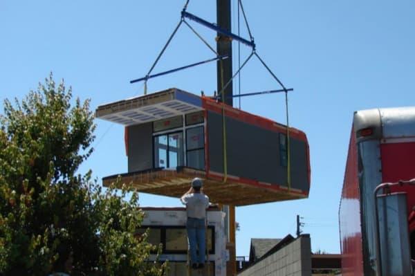 ensamblando-prototipo-casa-prefabricada-Simpatico-Homes