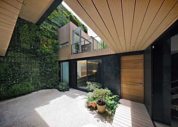Casa-CorManca pared vegetal en el patio
