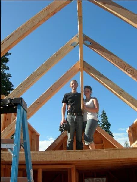 Tack peque a casa de madera construida por una pareja - Estructura casa de madera ...