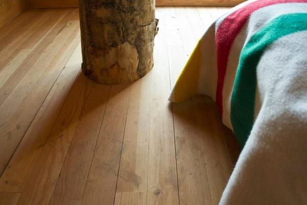 Cabaña-Alpina-madera-detalle-suelos