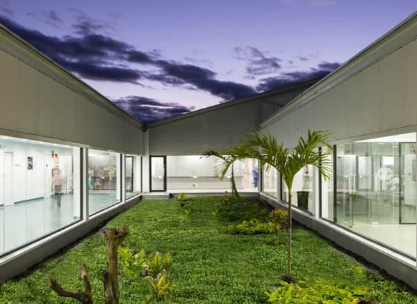 Hospital-prefabricado-Puyo-interior-patio