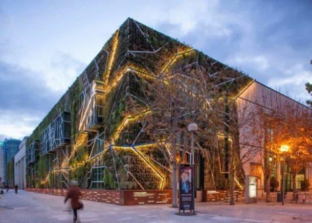 jardin-vertical-Palacio-Congresos-Vitoria-iluminado