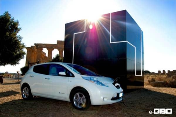 e-QBO-cubo-fotovoltaico-recargando-coche-electrico