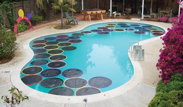 C mo calentar el agua de la piscina con hula hops y pl stico - Agua de la piscina turbia ...