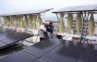 Instalación solar y eólica en un edificio de Jamaica