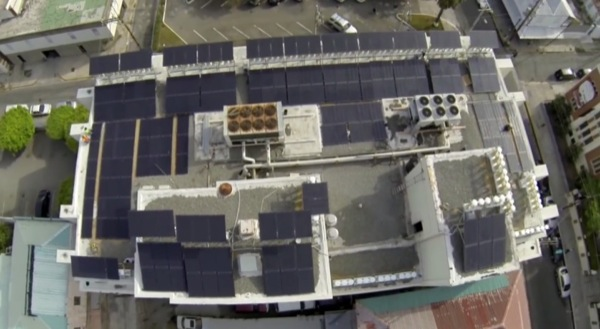 instalación-hibrida-Solar-Eólica-Kingston-edificio_MFG