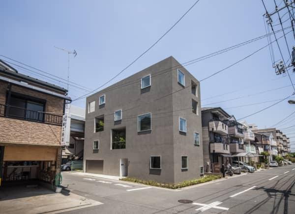 exterior-Casa_K-con patios ajardinados