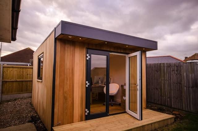 Cobertizos eden garden como oficina en un jard n for Cobertizos prefabricados