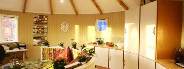 interior-caseta-prefabricada-Rotunda-Living-cocina