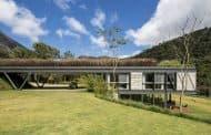 Casa JG: vivienda en ladera con cubierta verde