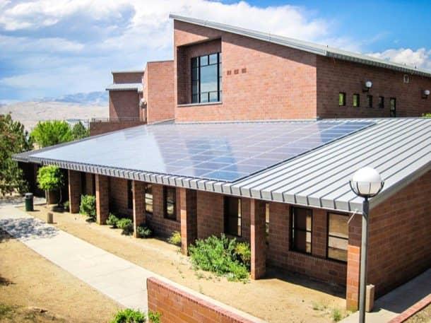 Casa-con-paneles-fotovoltaicos